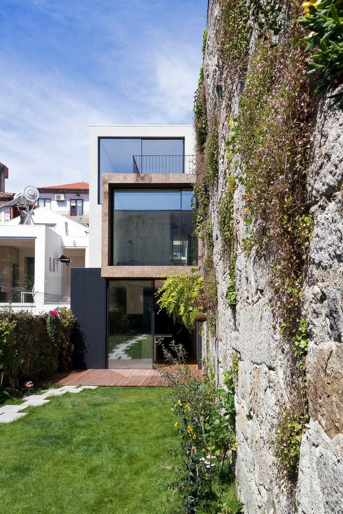 Реконструкция старинного дома Bonjardim House в Португалии по проекту ATKA arquitectos 1