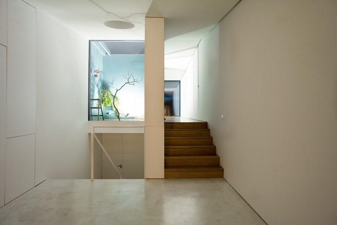 Реконструкция старинного дома Bonjardim House в Португалии по проекту ATKA arquitectos 14