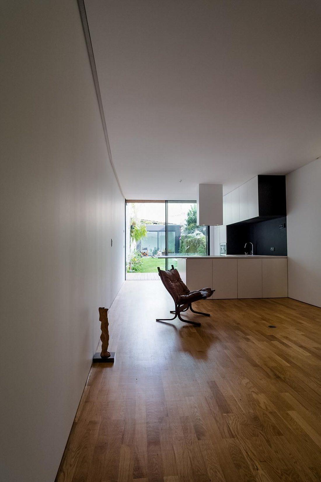 Реконструкция старинного дома Bonjardim House в Португалии по проекту ATKA arquitectos 15