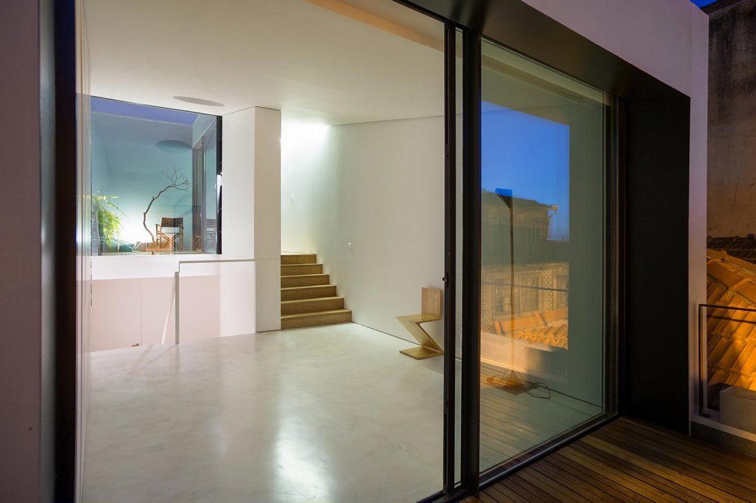 Реконструкция старинного дома Bonjardim House в Португалии по проекту ATKA arquitectos 16