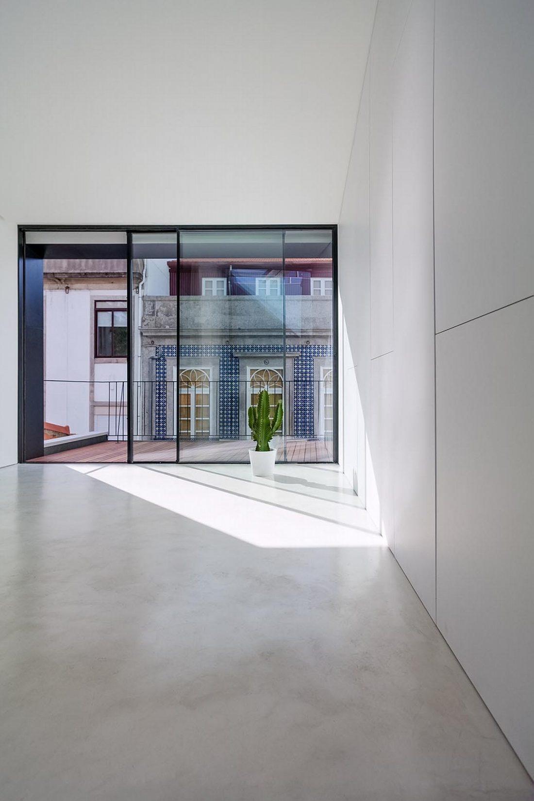 Реконструкция старинного дома Bonjardim House в Португалии по проекту ATKA arquitectos 17