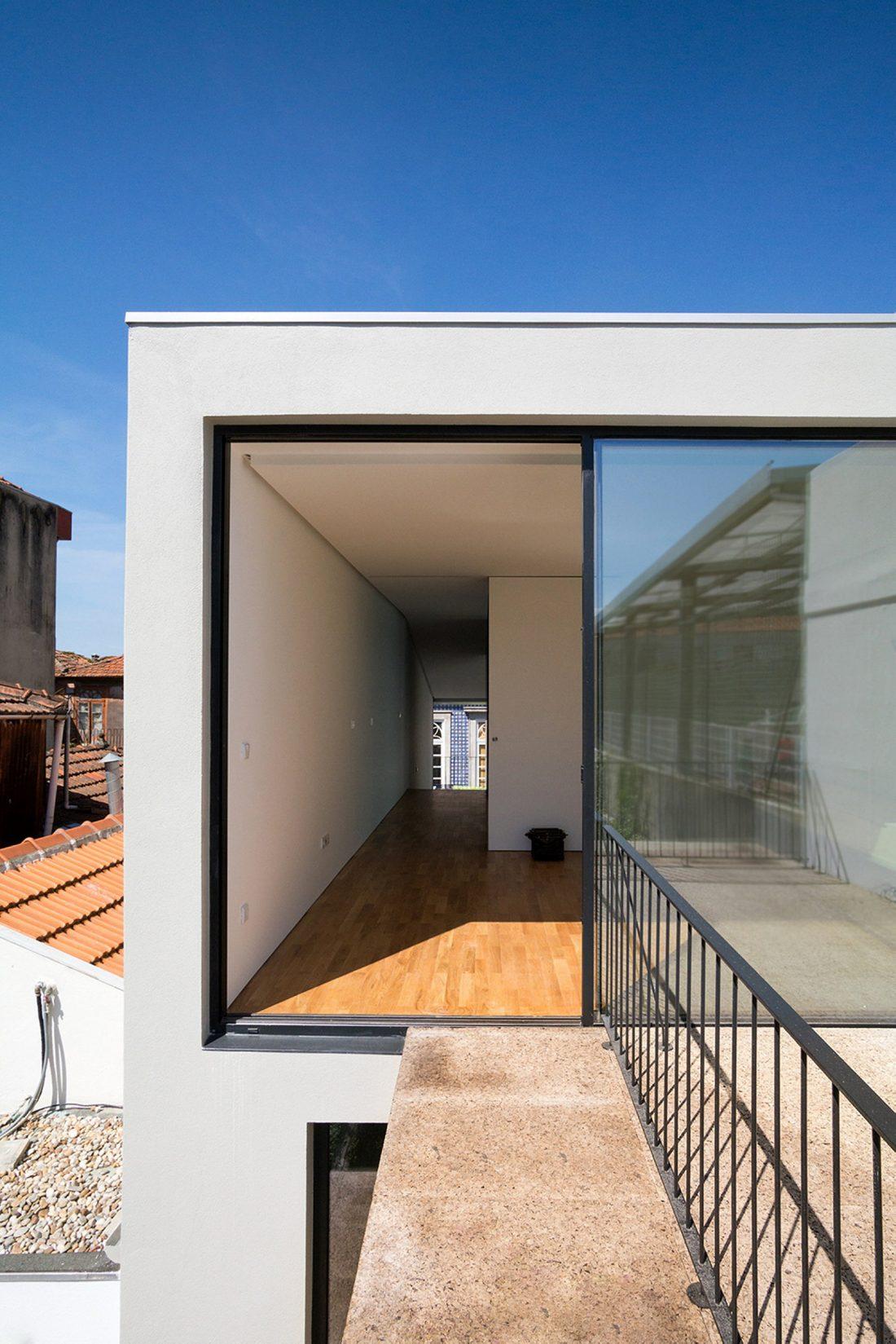 Реконструкция старинного дома Bonjardim House в Португалии по проекту ATKA arquitectos 2