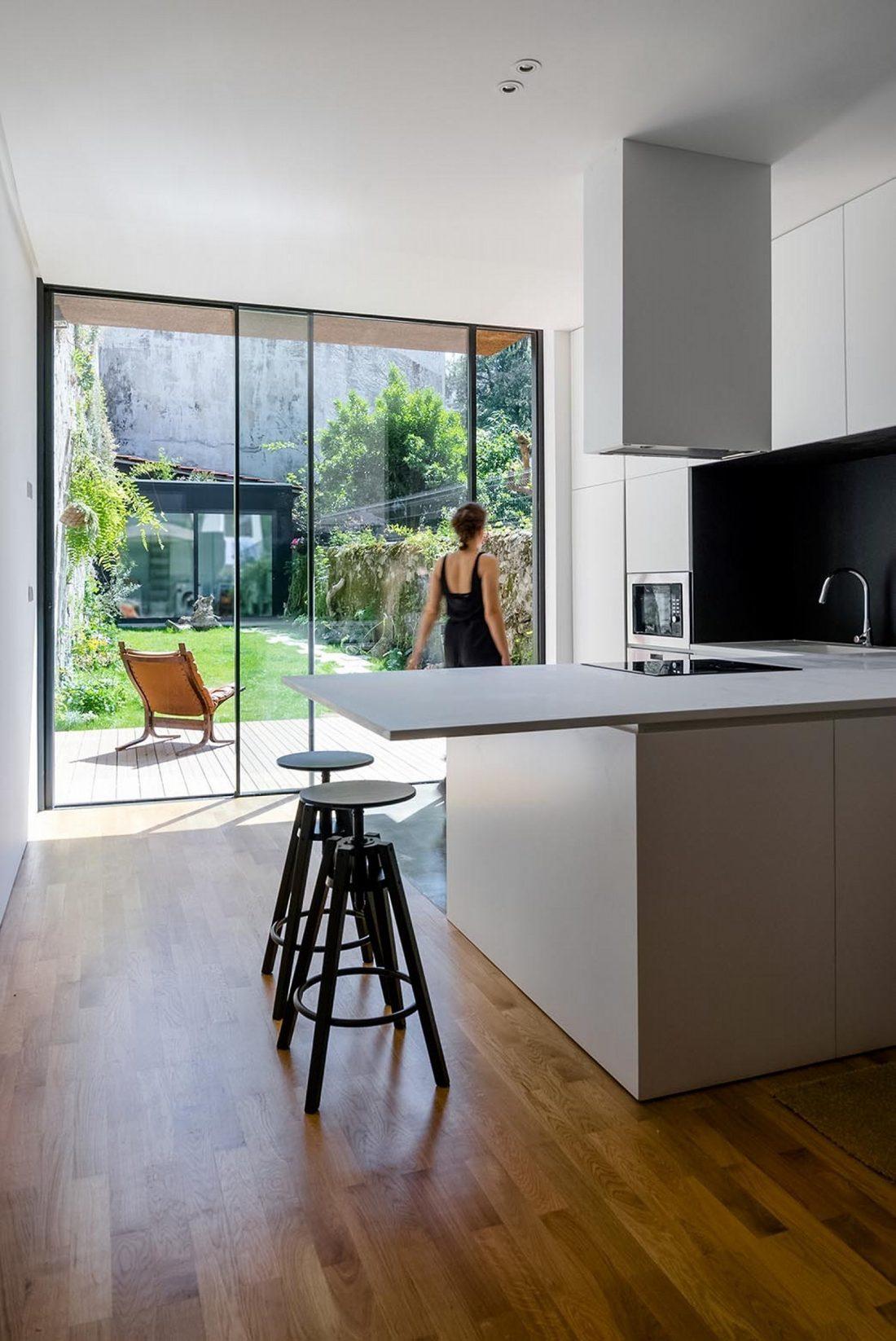 Реконструкция старинного дома Bonjardim House в Португалии по проекту ATKA arquitectos 22