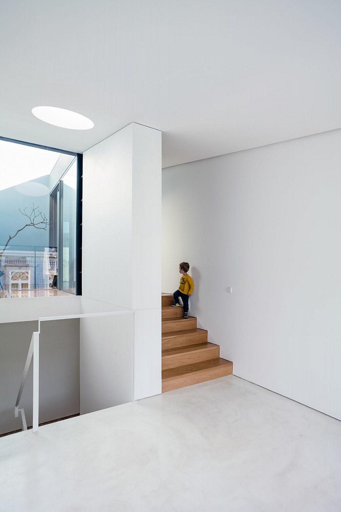 Реконструкция старинного дома Bonjardim House в Португалии по проекту ATKA arquitectos 25