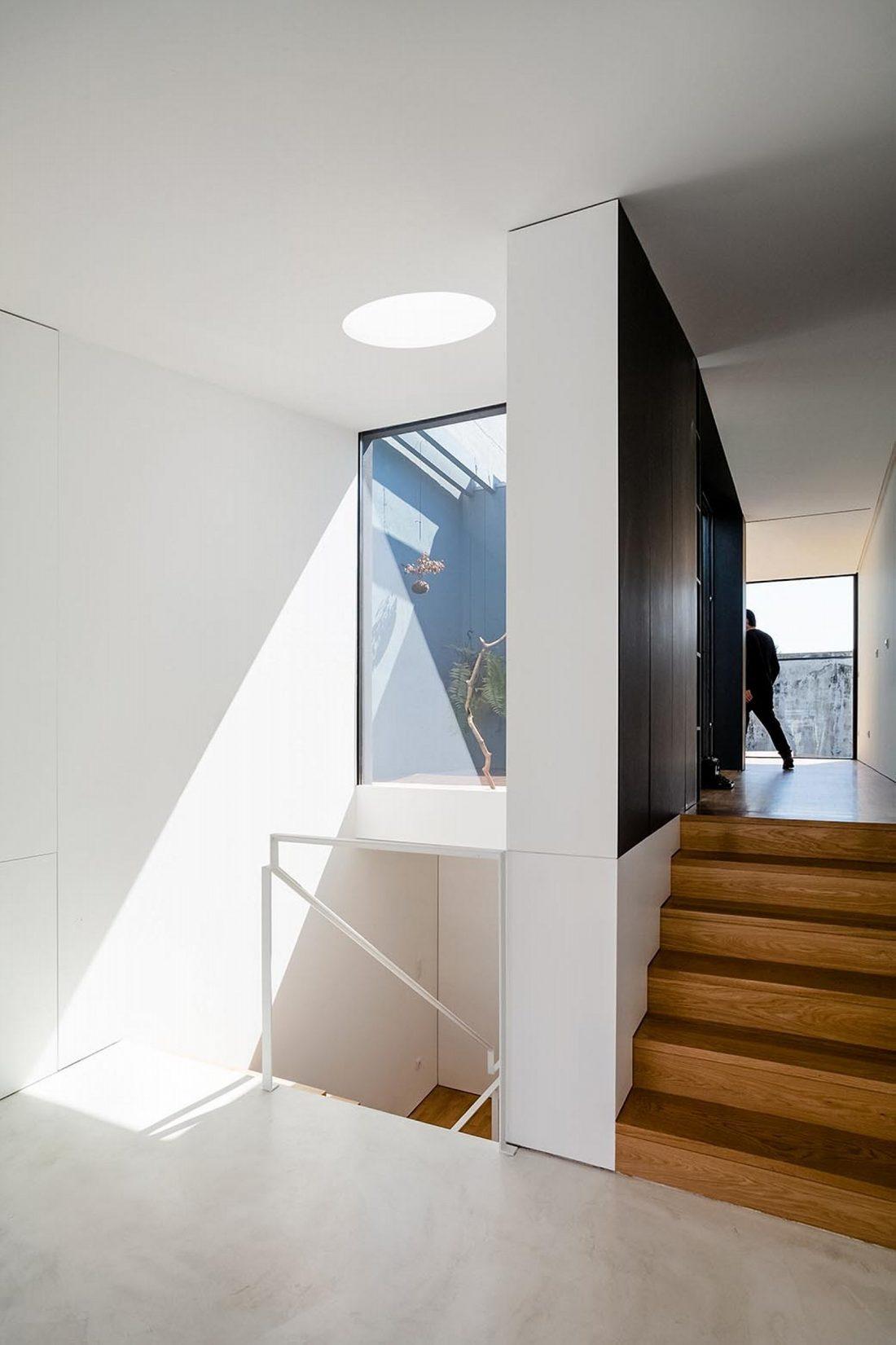 Реконструкция старинного дома Bonjardim House в Португалии по проекту ATKA arquitectos 34