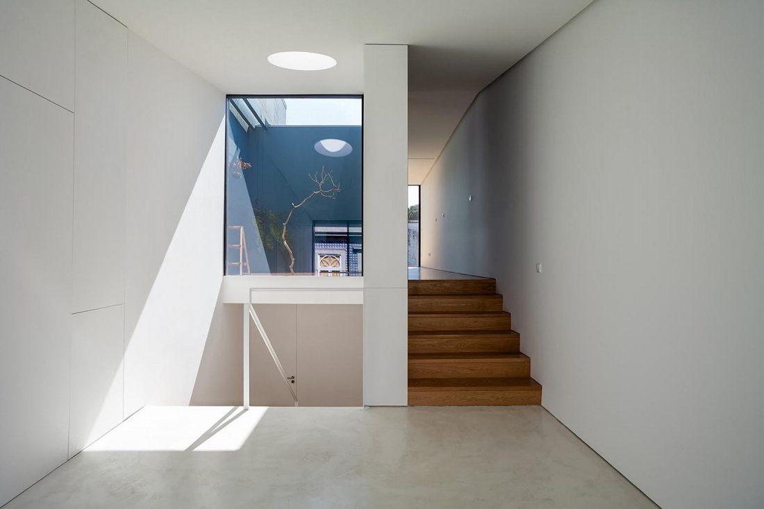 Реконструкция старинного дома Bonjardim House в Португалии по проекту ATKA arquitectos 35