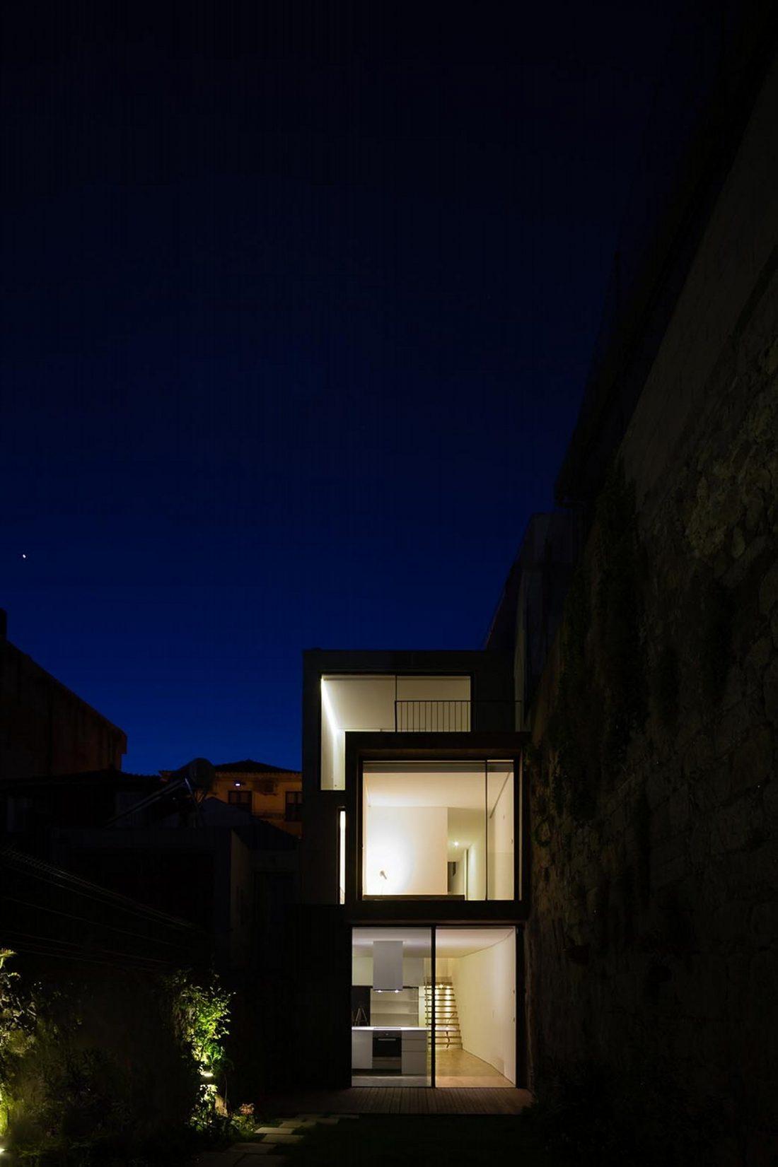 Реконструкция старинного дома Bonjardim House в Португалии по проекту ATKA arquitectos 36