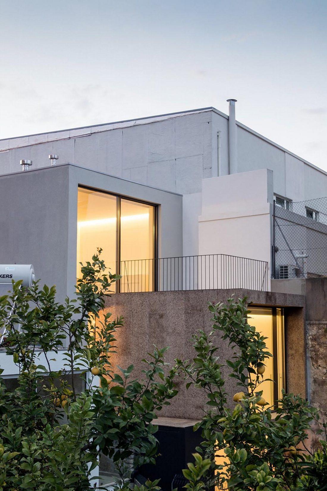 Реконструкция старинного дома Bonjardim House в Португалии по проекту ATKA arquitectos 4