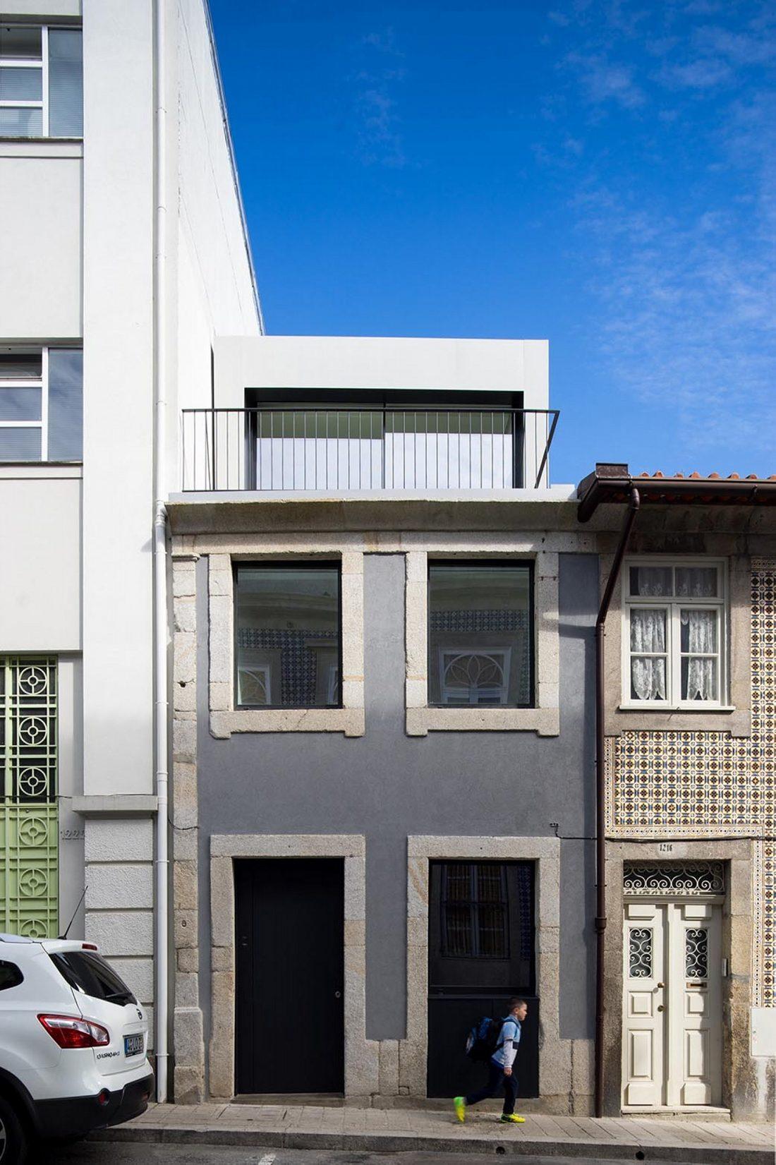 Реконструкция старинного дома Bonjardim House в Португалии по проекту ATKA arquitectos 6