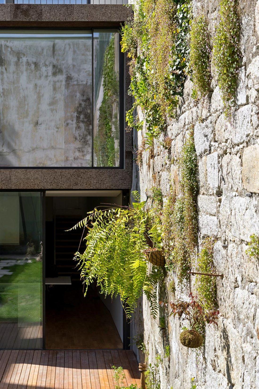 Реконструкция старинного дома Bonjardim House в Португалии по проекту ATKA arquitectos 8