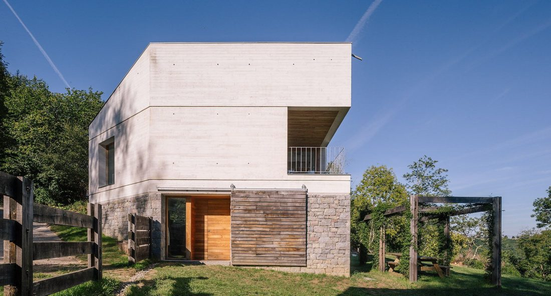 Современная резиденция Casa Tmolo из старой конюшни от студии PYO Arquitectos 1