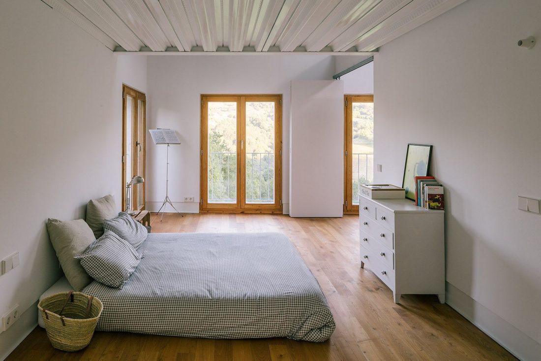 Современная резиденция Casa Tmolo из старой конюшни от студии PYO Arquitectos 16