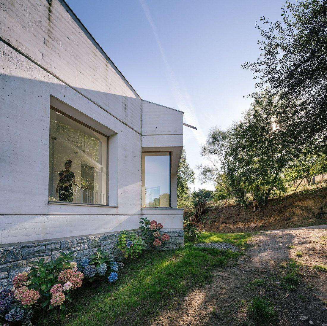 Современная резиденция Casa Tmolo из старой конюшни от студии PYO Arquitectos 3