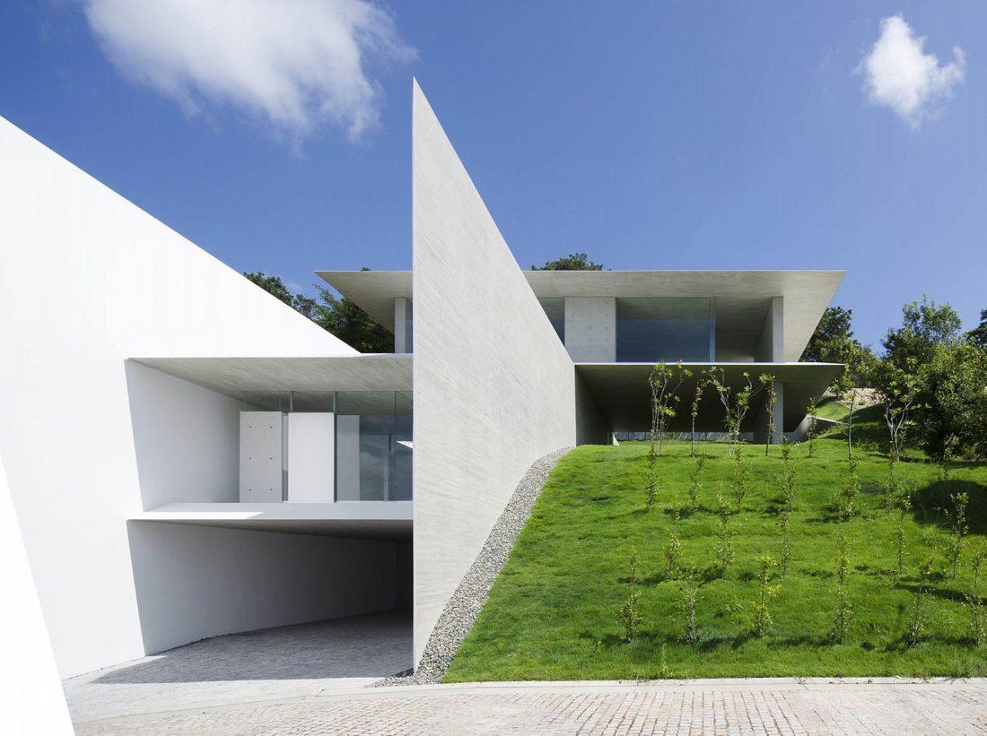 Ya-House - дом в стиле минимализма на склоне холма 1