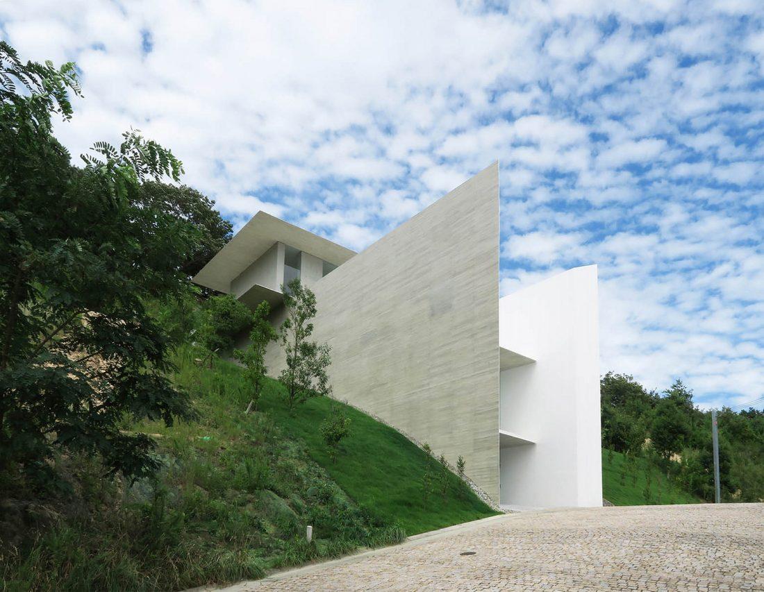 Ya-House - дом в стиле минимализма на склоне холма 4