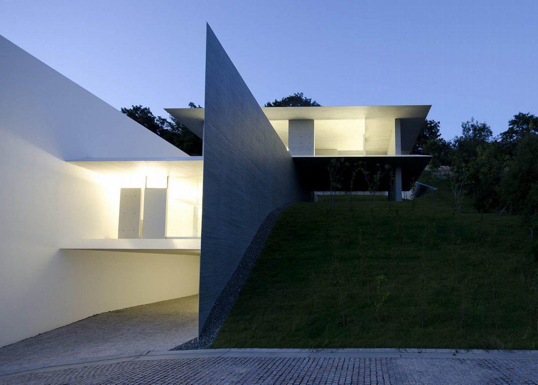 Ya-House - дом в стиле минимализма на склоне холма 6