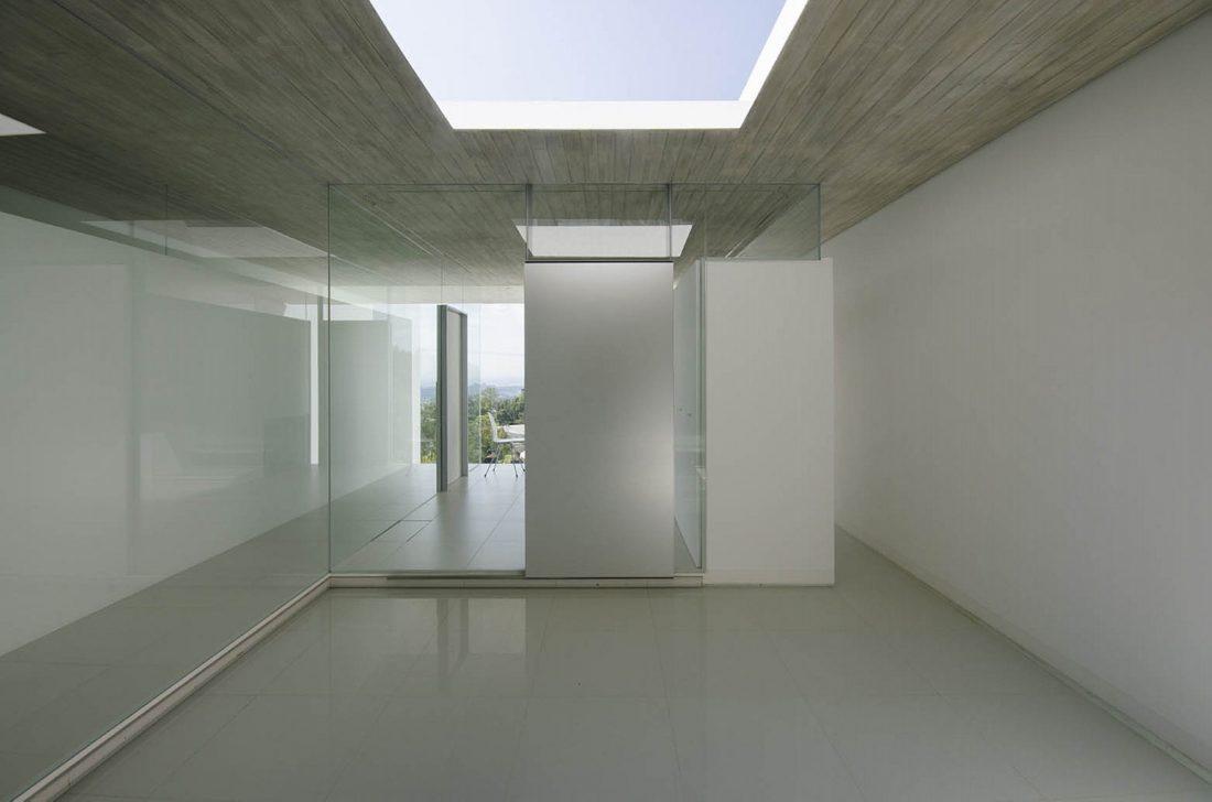 Ya-House - дом в стиле минимализма на склоне холма 8