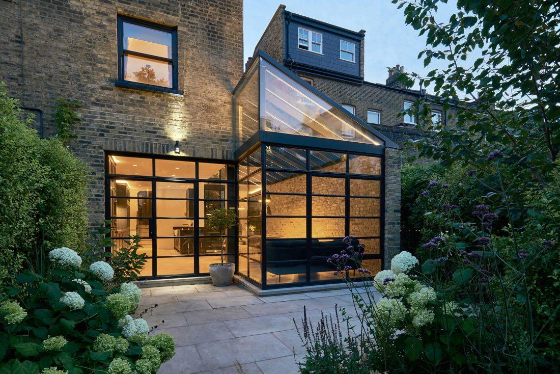 rekonstruktsiya-doma-v-londone-po-proektu-blee-halligan-1