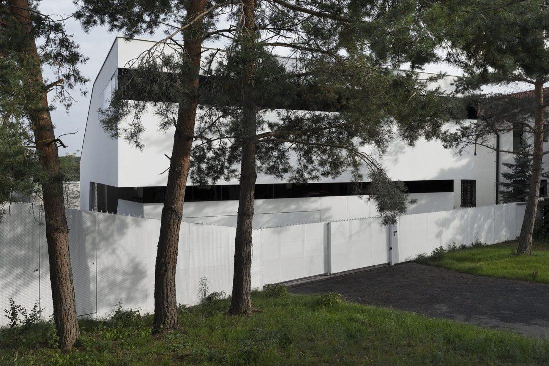 villa-z-v-chehii-v-monohromnom-stile-foto-interera-26