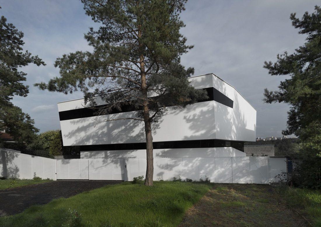 villa-z-v-chehii-v-monohromnom-stile-foto-interera-6