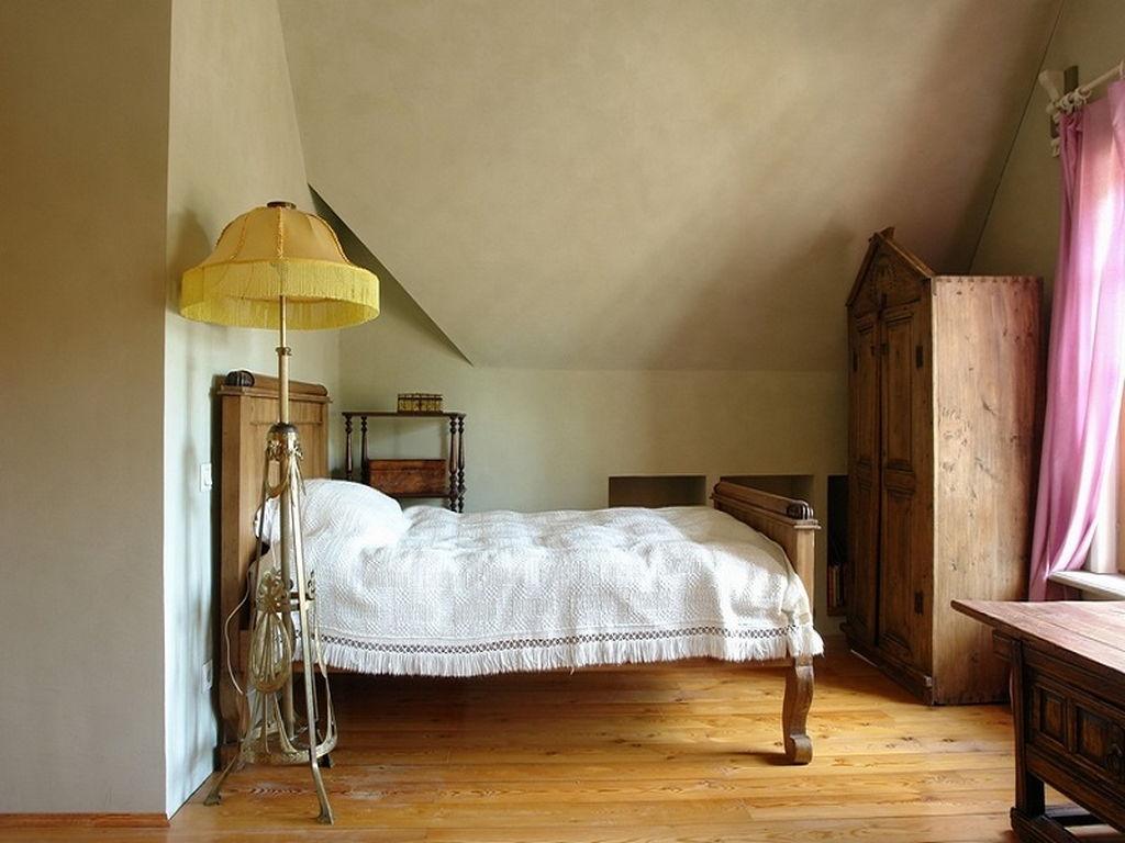 Passende Zwischen Einem Hellen Geschmack Bett Matten, Kissen Und Lange  Jalousien Im Schlafzimmer Schafft Den Gewünschten Emotionalen Zustand.