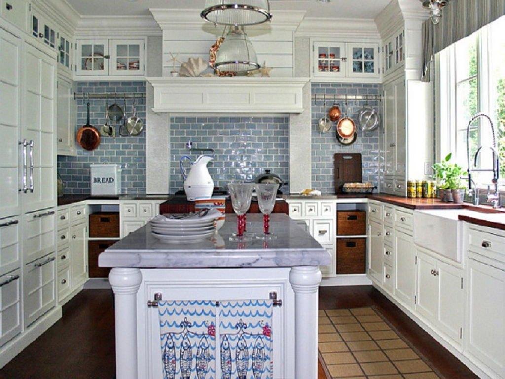 Stilvolle Originalität Hinzugefügt Alle Hausgemachten Dekorationen, Wie Aus  Holz Geschnitzten Leuchter, Gemalt Oder Geflochtenen Weinflaschen, ...