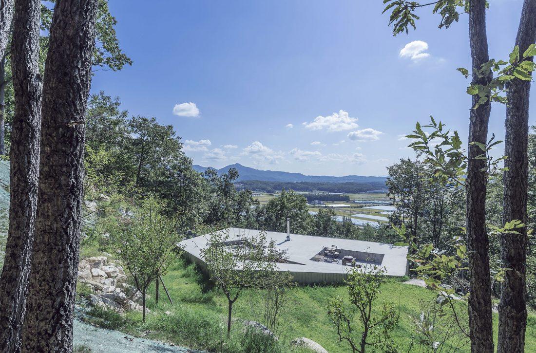 Дом на склоне горы от студии BCHO Architects 3