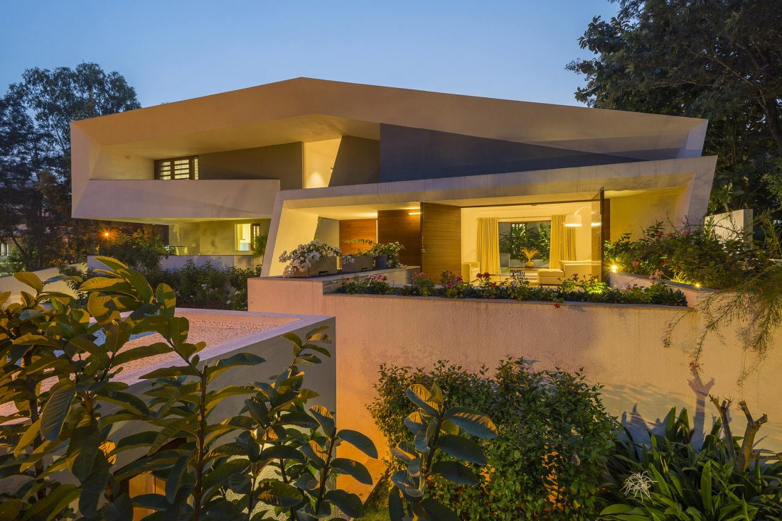 Дом с внутренним двором от Architecture Paradigm 18