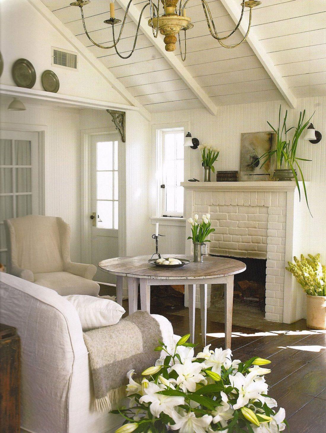 Гостиная в стиле прованс с камином и уютными креслами