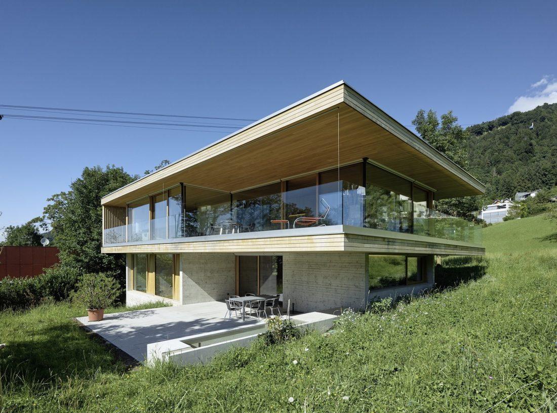 house-d-proekt-studii-dietrich-untertrifaller-architekten-v-soglasii-s-prirodoj-1