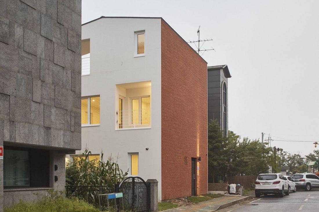 Квадратный красный дом в Южной Корее по проекту ArchiWorkshop 1