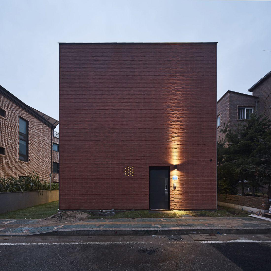 Квадратный красный дом в Южной Корее по проекту ArchiWorkshop 4