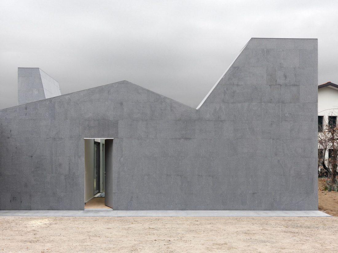 seryj-granitnyj-dom-ot-studii-ifdesign-1