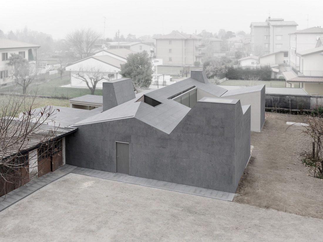 seryj-granitnyj-dom-ot-studii-ifdesign-13