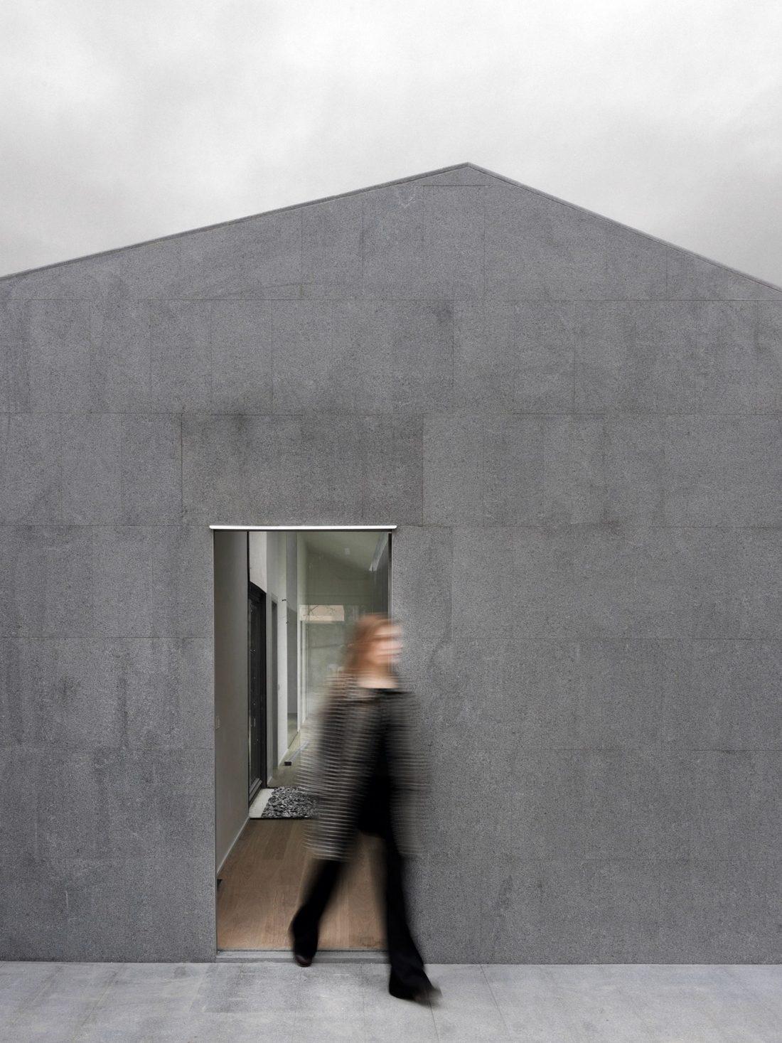 seryj-granitnyj-dom-ot-studii-ifdesign-8
