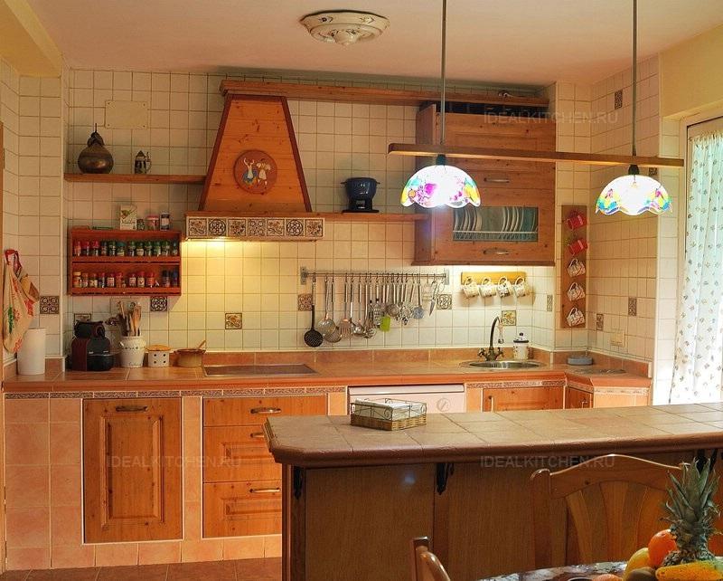 Средиземноморский стиль в интерьере кухни - деревянная мебель