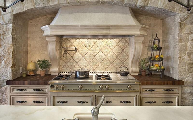 Средиземноморский стиль в интерьере кухни - каменная ниша для рабочей зоны