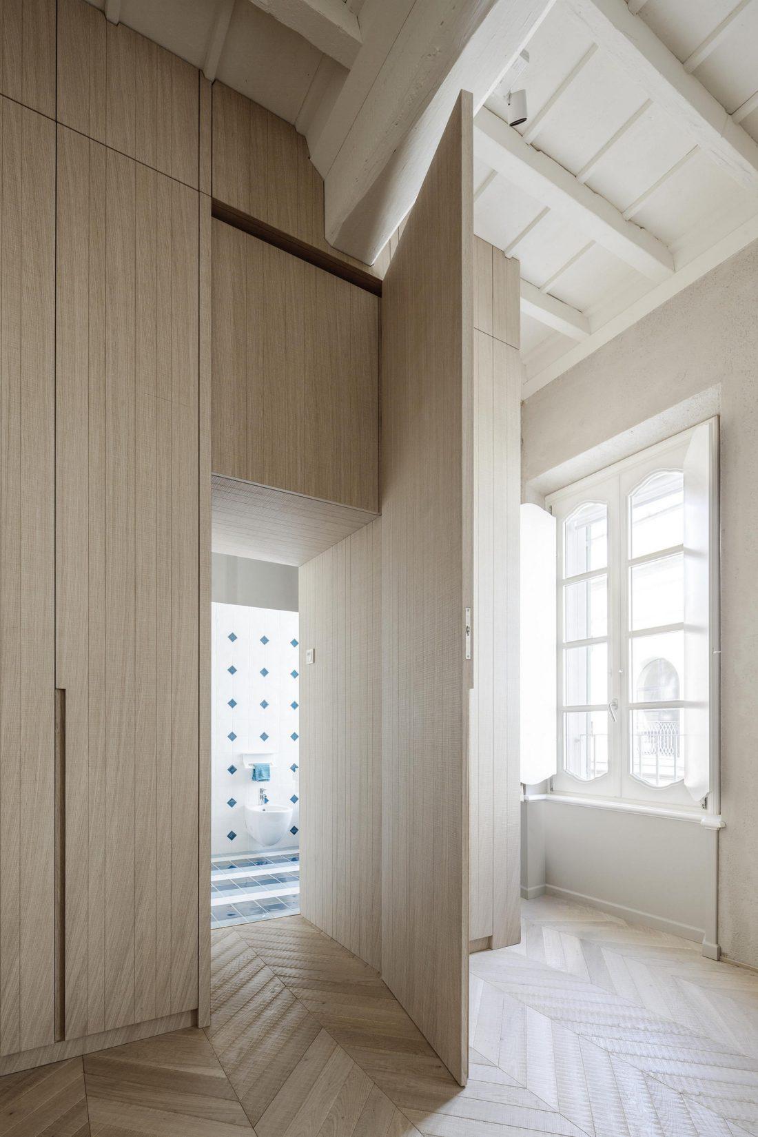 Интерьер квартиры в античном стиле в старинном доме в Италии 7