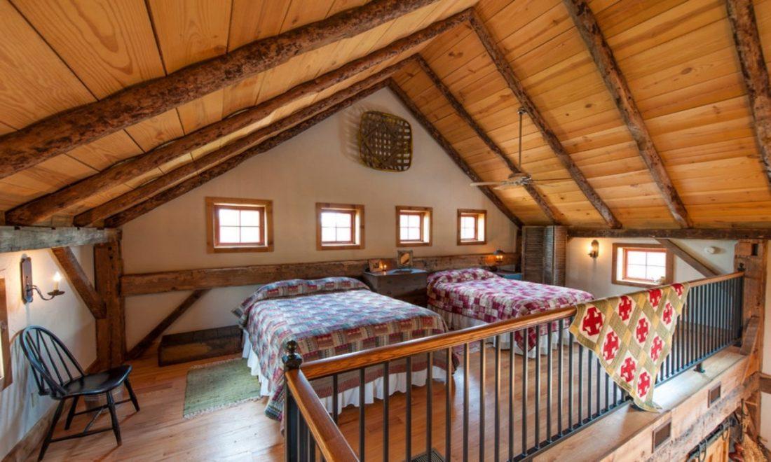 Кантри стиль в интерьере спальни — две кровати