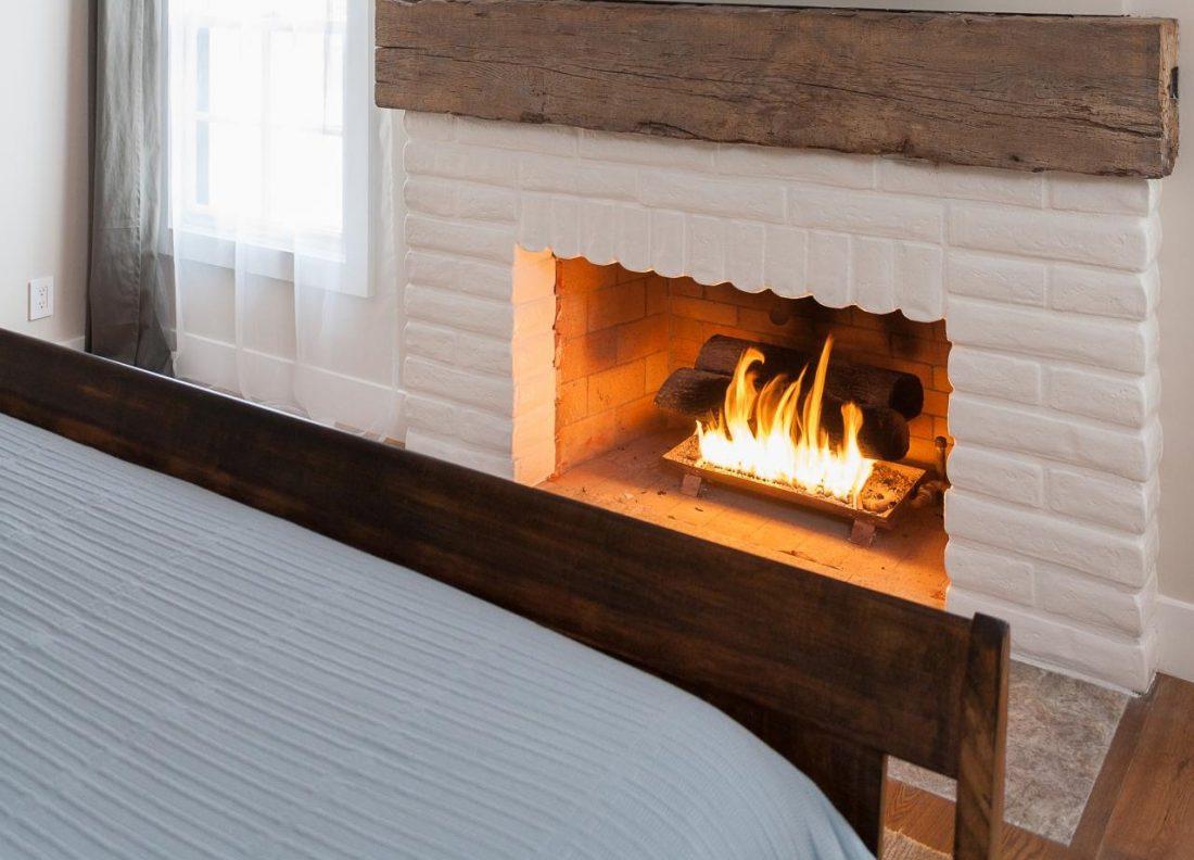Кантри стиль в интерьере спальни — камин 2