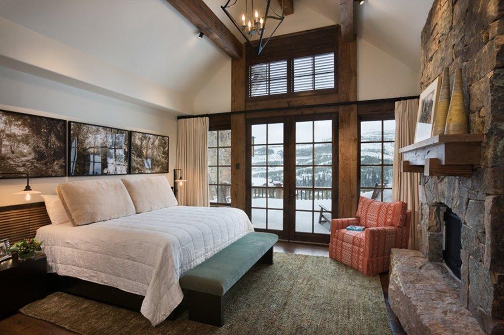 Кантри стиль в интерьере спальни в шале с камином