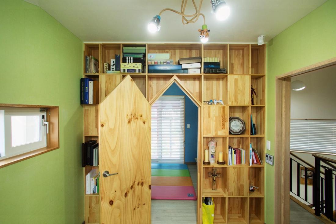 Яркий и компактный дом от студии KDDH 10