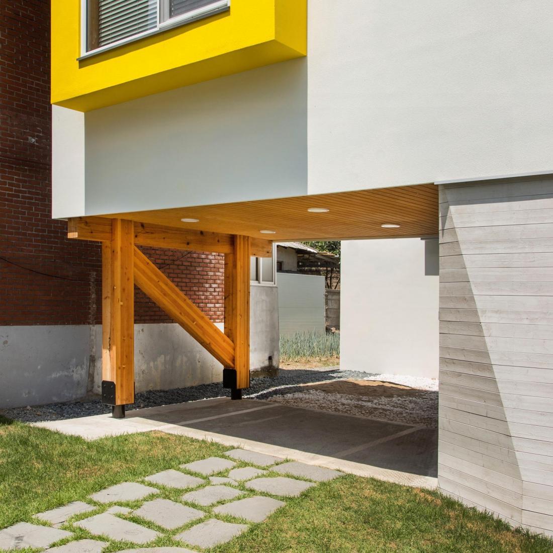 Яркий и компактный дом от студии KDDH 28