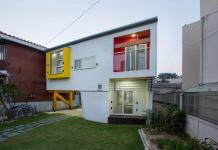 Яркий и компактный дом от студии KDDH 35