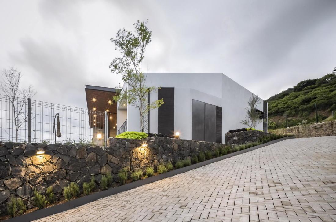 Дом у озера от студии FARQ Arquitectos 12