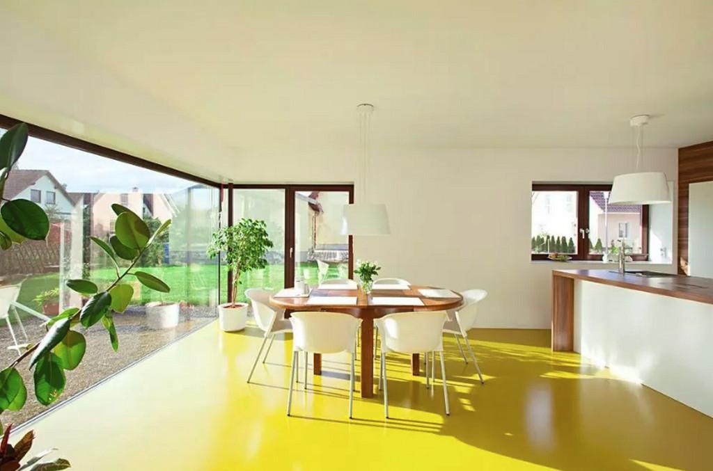 Желтый пол в гостиной